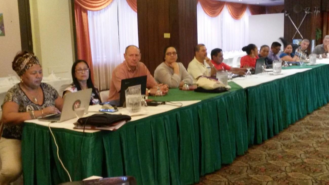 Hombres y Mujeres de la COLSIBA discuten temas de género en conjunto.
